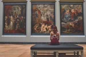 meisje dat kijkt naar kunst