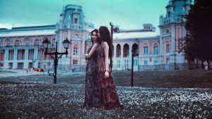 twee vrouwen wandelend in een tuin