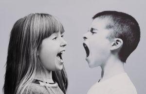 Twee schreeuwende kinderen