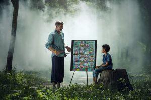 leraar met leerling in het bos