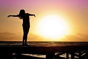 vrouw die in de zon staat