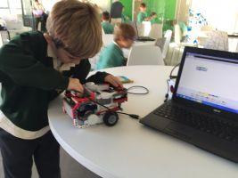 kind maakt een programmeerbaar autootje dat hij aansluit aan een laptop