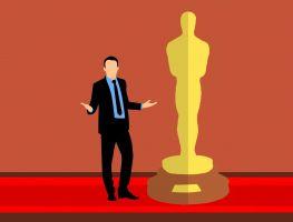 Man naast een Oscar-trofee