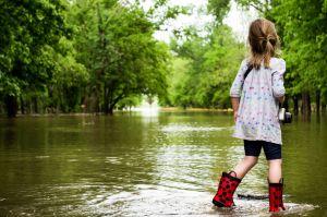 meisjes met laarzen in het water