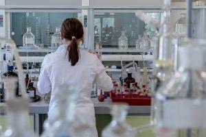 een meisje in een labo