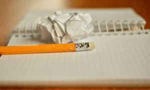Notitieboek met potlood en verfrommeld papier