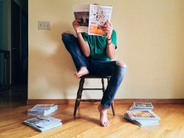 Persoon die magazines leest