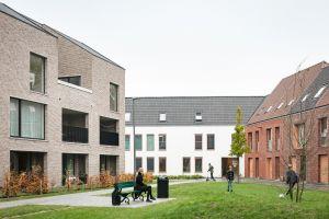 huizen rond een pleintje