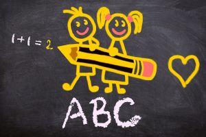 bordtekening met twee schoolkindjes die en potlood vasthouden