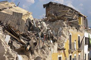 huis in puin na een aardbeving