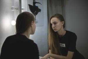 persoon kijkt in de spiegel