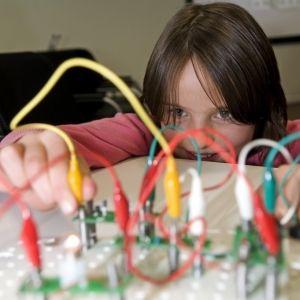 kind in actie in een lab