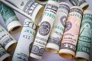 opgerolde geldbriefjes