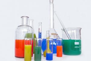 gekleurde vloeistoffen in verschillende flesjes