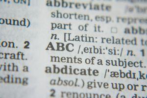 woordenboek ligt open op ABC