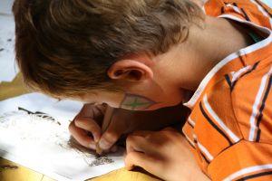 Een kind heeft een pen in de hand