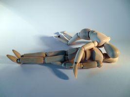 een houten popje dat een ander houten popje reanimeert
