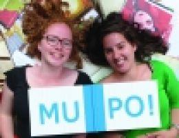 Twee vrouwen met het opschrift 'MUPO'