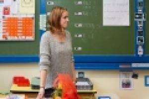 leerkracht voor het bord in de klas