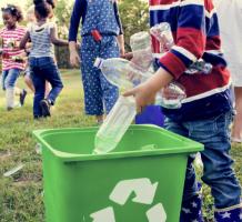 kind gooit afval in vuilnisbak