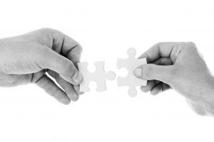 twee puzzelstukken die in elkaar passen