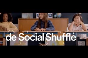 drie kinderen in de klas en titel 'social shuffle'