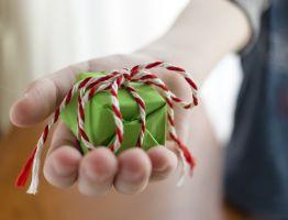 kinderhand met cadeautje