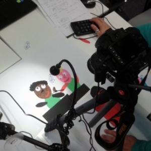 Iemand aan het werk met een beeld en een camera