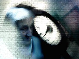 oude dame met een klok op de achtergrond