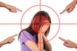 meisje waarnaar gewezen wordt door verschillende vingers