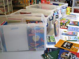 plastic boxen gevuld met boeken