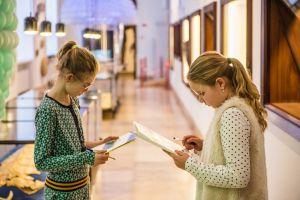 Leerlingen aan het werk in de bundel 'Dicht en Schrijf' in het museum