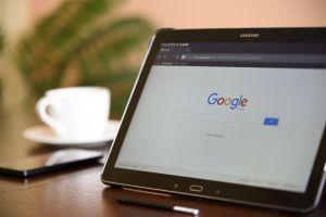 Een tablet met de Google zoekpagina geopend.
