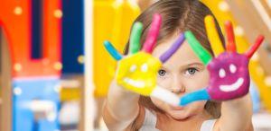 Kind met beschilderde handen