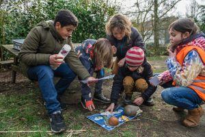 Kinderen voeren natuureducatieve proefjes uit