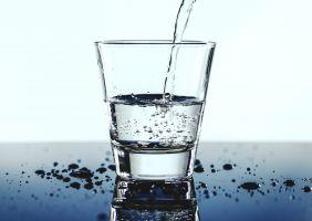 glas dat gevuld wordt met water