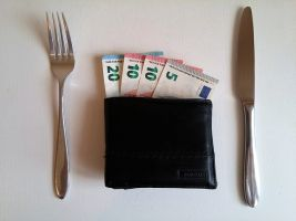 Bestek en portemonnee met geld