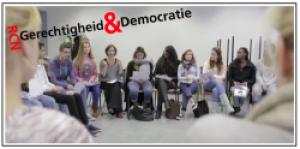 groep jongeren zittend op stoelen
