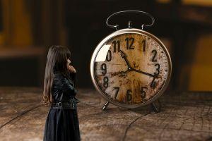 meisje bij grote klok