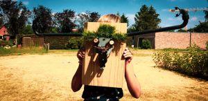 Kind met houten creatie