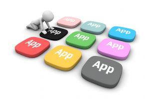 Een getekend mannetje duwt op gekleurde app knopjes.