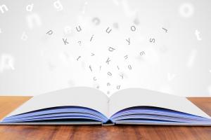 letters spatten op uit een boek