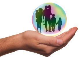 hand houdt een zeepbel vast waarin mensen staan