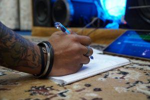 hand dat muziek schrijft