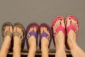3 paar voeten met slippers