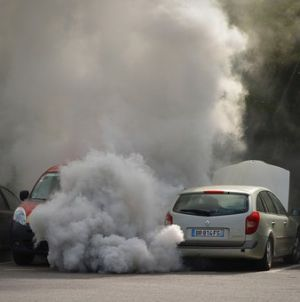 auto die vervuilende gassen uitstoot