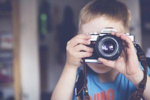 kind met camera
