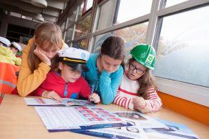 Kinderen gebogen over een schema