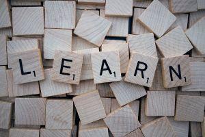 scrabble letters vormen het woord learn