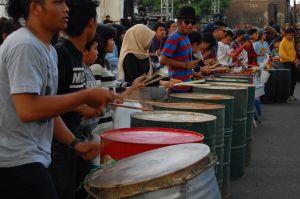 mannen die percussie spelen op een vat